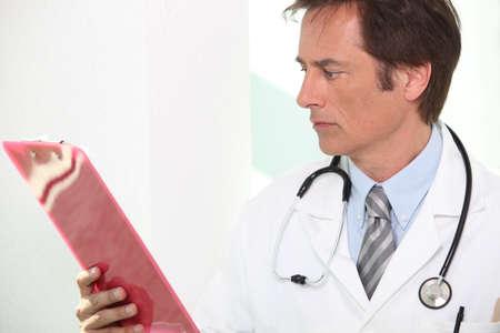 hospitalisation: Docteur avec des r�sultats patients Banque d'images