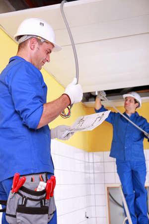 kockázatos: Villanyszerelők telepítése elektromos kábelek