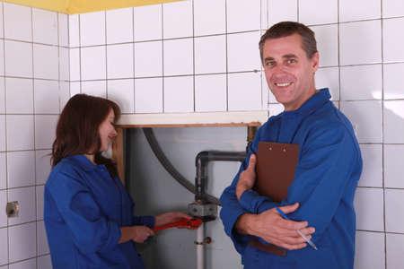 collarin: Trabajadores de ajuste algunas tuberías Foto de archivo