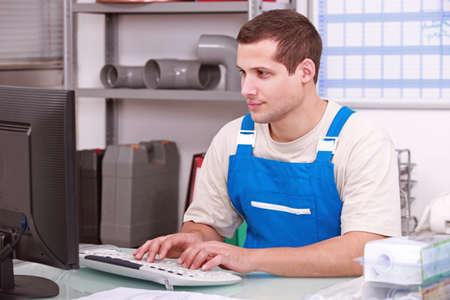artesano: Plomero trabajando en una oficina