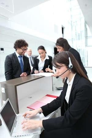 recepcionista: Recepcionista mujer con unos auriculares y un ordenador port�til