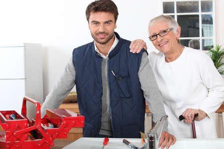 señora mayor: Hombre joven ayudando a anciana