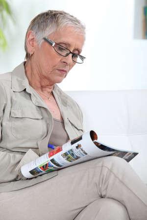 leggere rivista: vecchia signora magazine lettura