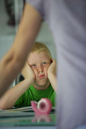 disorder: ni�o en el sal�n de clases con aire aburrido