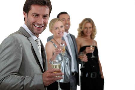 donne eleganti: Due coppie bevendo champagne