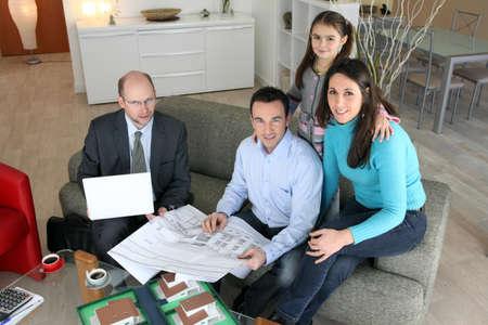 建築家若い家族とプロジェクトを論議します。
