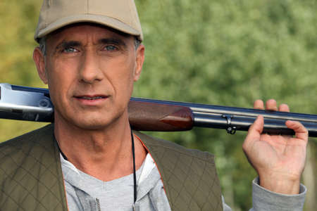 kuropatwa: Hunter holding shotgun