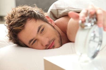 schedules: El hombre en la cama, apagar la alarma
