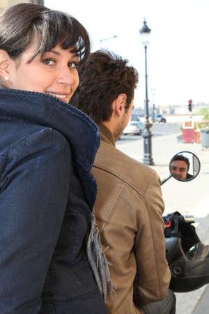 motorrad frau: Junges Paar auf einem Motorrad Lizenzfreie Bilder