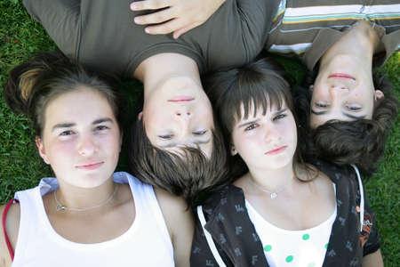 brat: Nastolatki leżącego w trawie