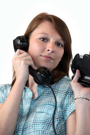 telefono antico: Giovane donna parla al telefono