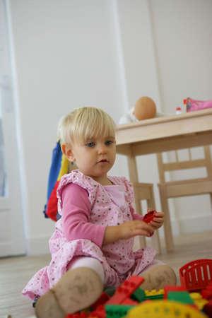 guardería: Un niño jugando con sus juguetes Foto de archivo