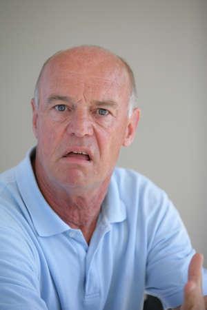 혼란스러운: 그의 얼굴에 혼란 표정으로 재미 대머리 남자 스톡 사진