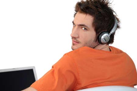 molesto: Un hombre enojado escuchar música Foto de archivo