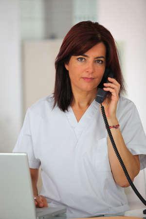 repondre au telephone: Secr�taire m�dicale de r�pondre au t�l�phone Banque d'images