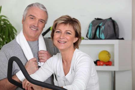 going in: pareja de mediana edad de entrar para el deporte Foto de archivo
