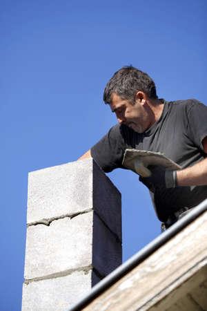 workingman: Mason chimenea edificio Foto de archivo