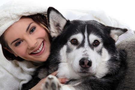 sociable: Ragazza bruna, con il cane Archivio Fotografico