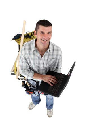artesano: Top-vista de carpintero con la computadora port�til Foto de archivo