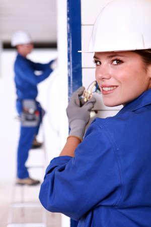 powerpoint: Electricista Mujer instalar una toma de corriente