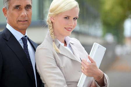 unterschiede: Junge Frau mit einem Laptop und ein �lterer Mann