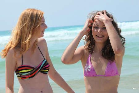Teenage girls am Meer Standard-Bild - 12089768