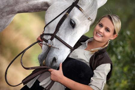 racehorses: Jonge vrouw met haar paard