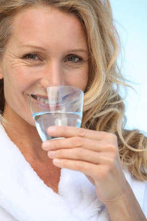 Reife Frau Trinkwasser Standard-Bild - 12090055