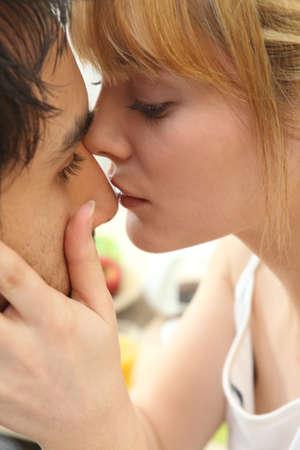 besos apasionados: Pareja joven beso