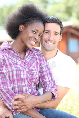 racismo: pareja mixta hermosa