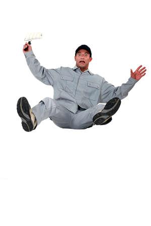 hombre cayendo: Pintor de shock que cae hacia atrás