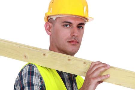 obrero: Trabajador que lleva una tabla de madera