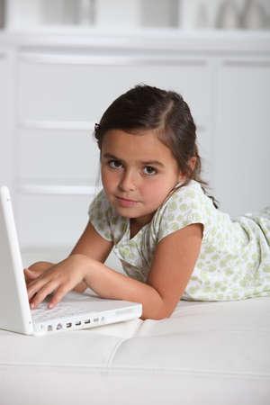 niños platicando: retrato de una niña con ordenador portátil