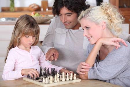 Семья играет в шахматы Фото со стока - 12098119