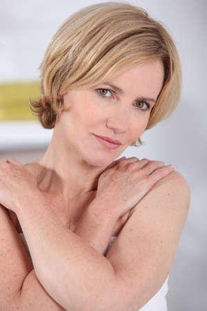 mani incrociate: Donna bionda