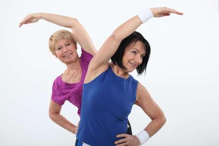 gimnasia aerobica: Las mujeres mayores que se resuelve Foto de archivo