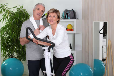 man working out: Couple at the gym