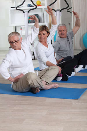 Gruppo senior facendo all'interno di fitness photo