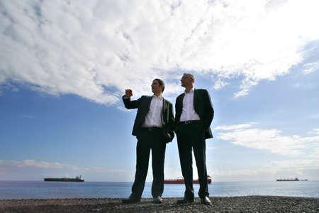 low angle views: Los hombres en traje de chat en la playa Foto de archivo