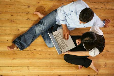 bovenaanzicht mens: Paar in de woonkamer met laptop, top-view Stockfoto
