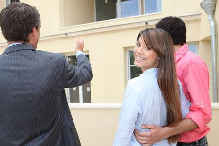 Couple de visiter une propriété
