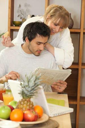niños desayunando: Hombre joven y una mujer joven que tiene el desayuno