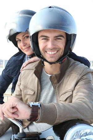 casco moto: El hombre y la mujer sonriente en una motocicleta