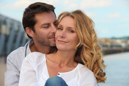 olfato: Retrato de una pareja a orillas del mar