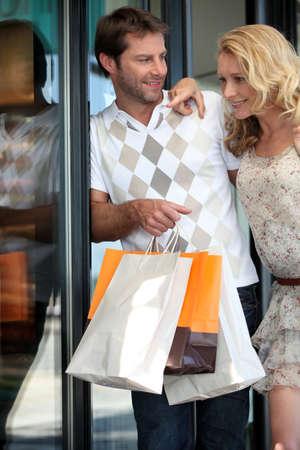 買い物をしているカップル 写真素材