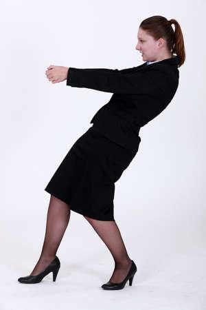 niewidoczny: Businesswoman ciÄ…gnÄ…c niewidzialnÄ… obiekt