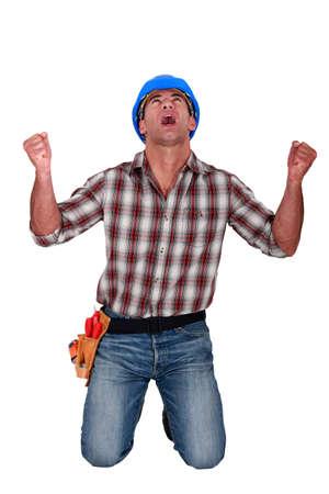desperate: Un trabajador de la construcción masculina gritando. Foto de archivo