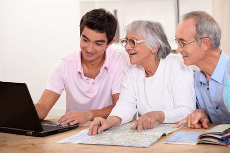 grandmas: Nieto ayudar ruta del plan de los abuelos Foto de archivo