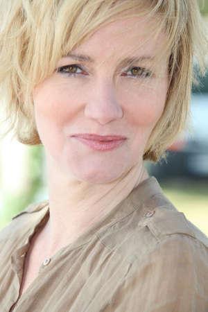 arrugas: Retrato de una mujer de mediana edad