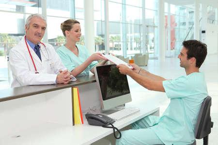 recepcionista: El personal del hospital estaba en la recepci�n